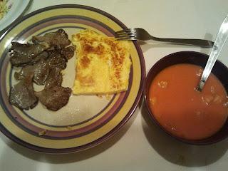 cena gazpacho, tortilla y setas