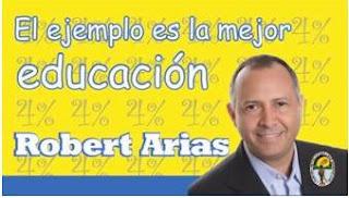 Regidor Robert Arias entrega útiles escolares