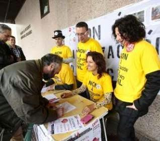 http://www.farodevigo.es/gran-vigo/2015/04/23/empleados-registro-civil-recogen-firmas/1225802.html