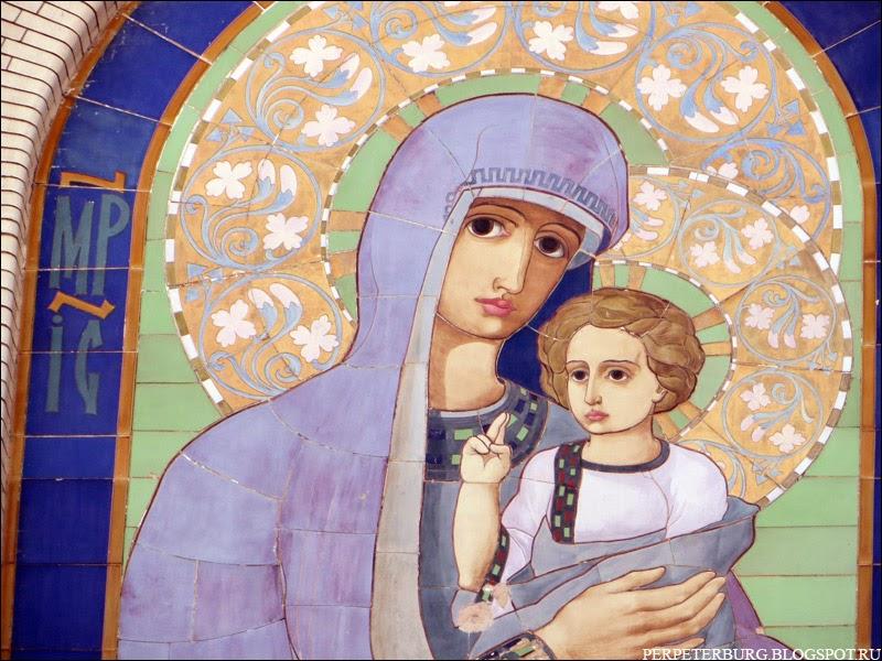Икона Богоматери с Младенцем рядом с Петропавловской крепостью в Петербурге