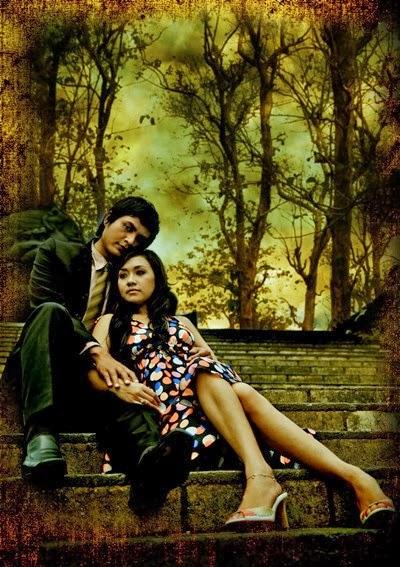 Pre Wedding Gaya Duduk Berdua dengan Background Hutan