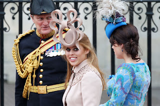 Princess Beatrice of York (l.) and her sister Princess Eugenie of York arrive at Westminster Abbey for the royal wedding of Prince William and Kate Middleton.