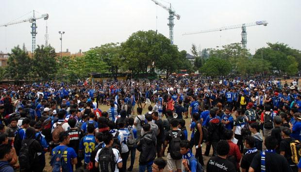 Dilepas Gubernur Jabar, Ribuan Bobotoh Persib Menuju Palembang