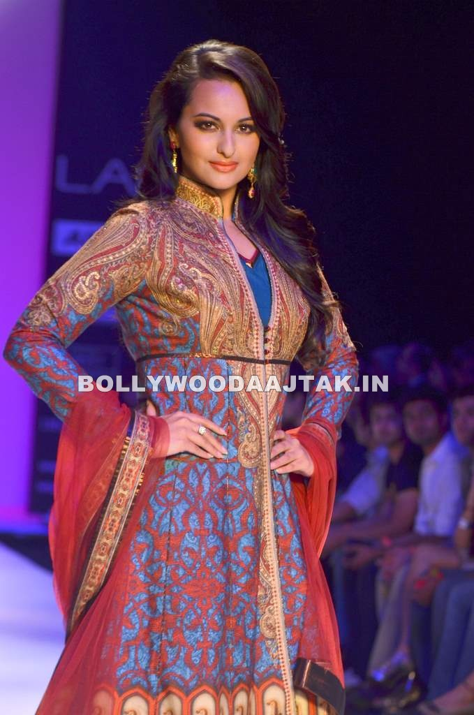 Sonakshi Sinha LF Ramp Walk - Beautiful Sonakshi Sinha Ramp Wak for Kimaya at LFW