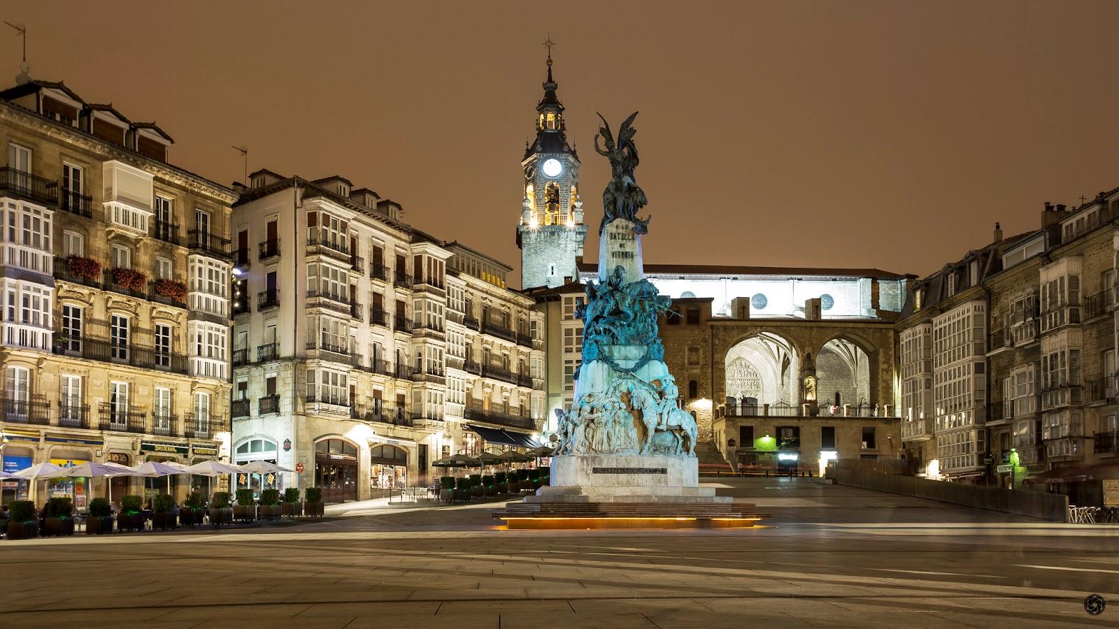 Plaza de la Virgen Blanca de Vitoria :: Canon EOS 5D MkIII | ISO100 | Canon 17-40 @35mm | f/11 | 30s