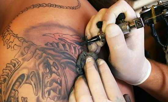 Persona tatuandose