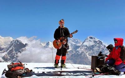 músicos en la montaña nevada