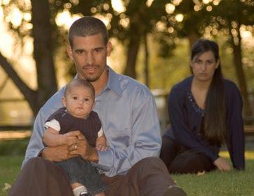كيف تتأكد أن زوجتك لم تعد تحبّك كالسابق,اسرة اب يحمل طفل ,family father son mom