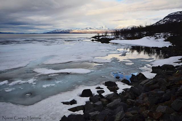 Lago helado en el Parque Nacional Abisko, Suecia