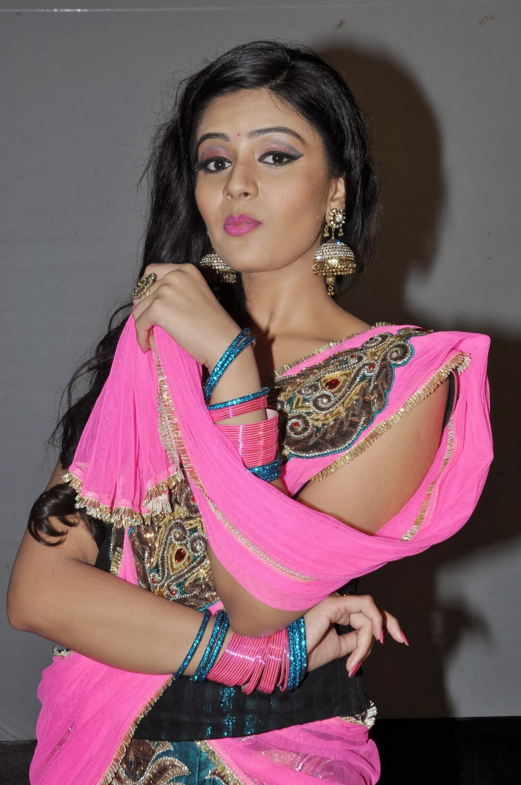 Glamrous and sexy Sreemukhi photos in ethnic pink lengha