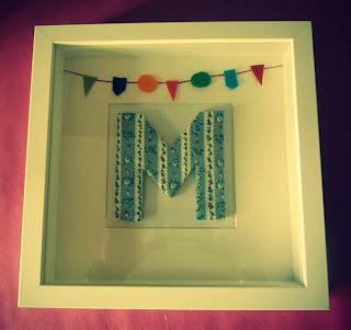 Cuadros con letras forradas con telas estampadas