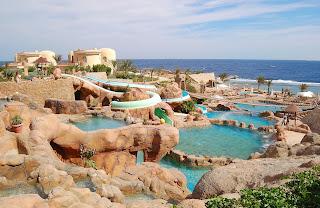 Balneario con piscinas, agua turquesa y rocas...