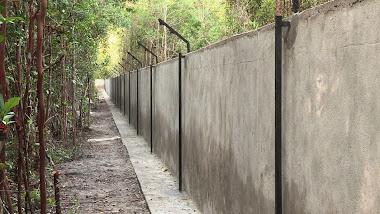 Mur du fond de l'enclos principal