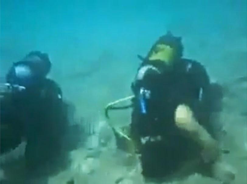 شاهد قوات الكوماندوز القسامية يؤدون الصلاة تحت الماء