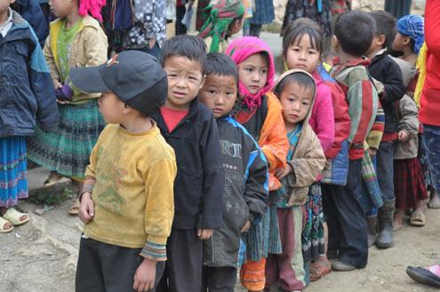 Từ thiện là gì? Hình ảnh trẻ em vùng cao trong những ngày trời lạnh 10 độ