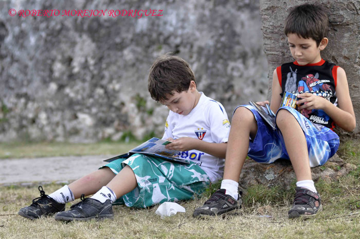 Niños disfrutando de la lectura en los jardines de la Fortaleza San Carlos de la Cabaña, durante el desarrollo de la XXII Feria Internacional del Libro Cuba 2013, en la Habana, el 21 de febrero de 2013.