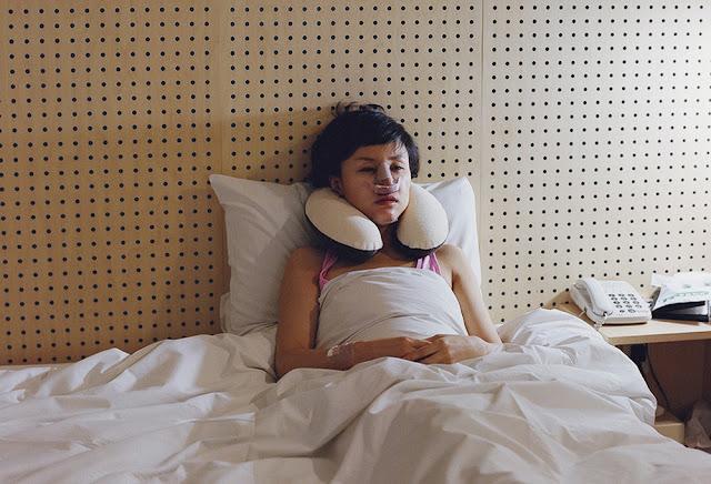 Chica coreanas tras una operación de cirugía estética