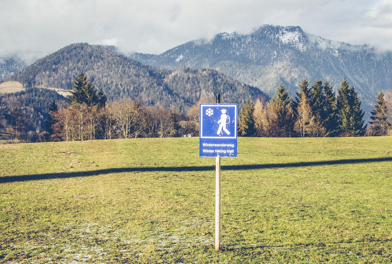 Schild Winterwanderweg auf grüner Wiese