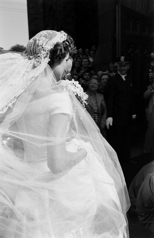 26 candid photographs from the wedding of john f kennedy for Jackie kennedy wedding dress