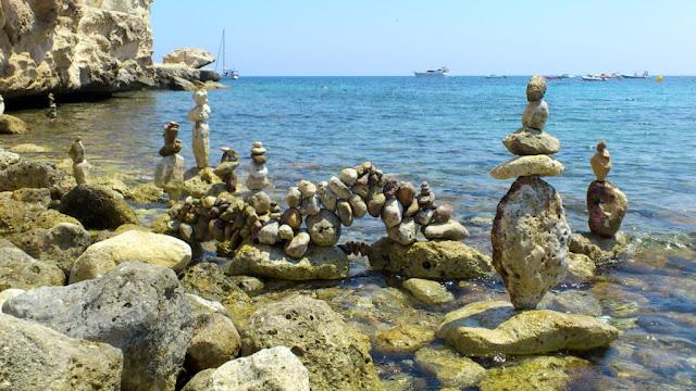 Paisaje humano, piedras en equilibrio, land art, Agua Amarga,Planeta Bilbao