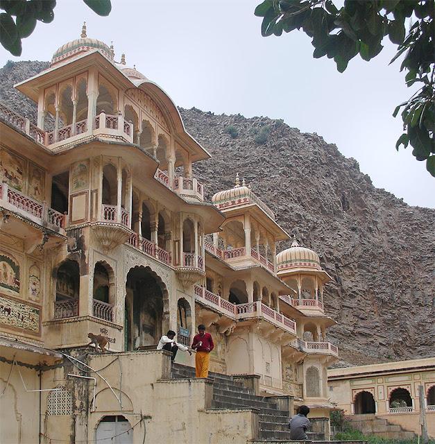 Palais à l'architecture moghole devant une paroi rocheuse