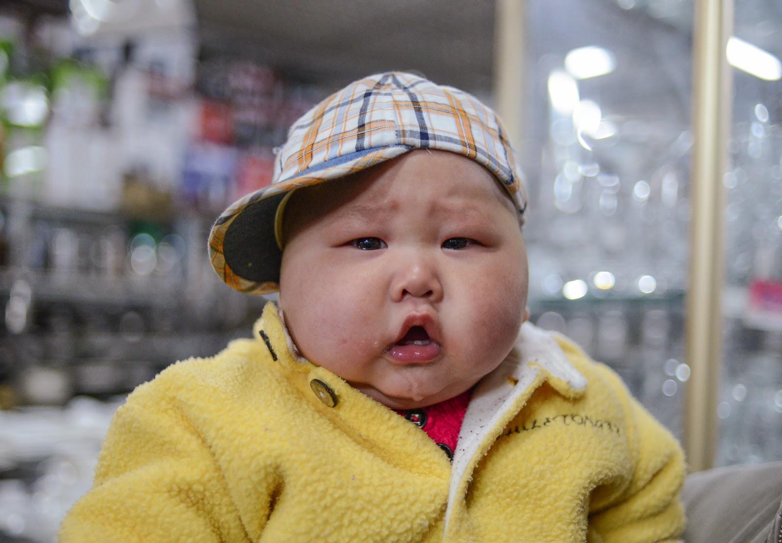 Foto bayi ganteng asal cina pakai topi kotak-kotak lucu banget