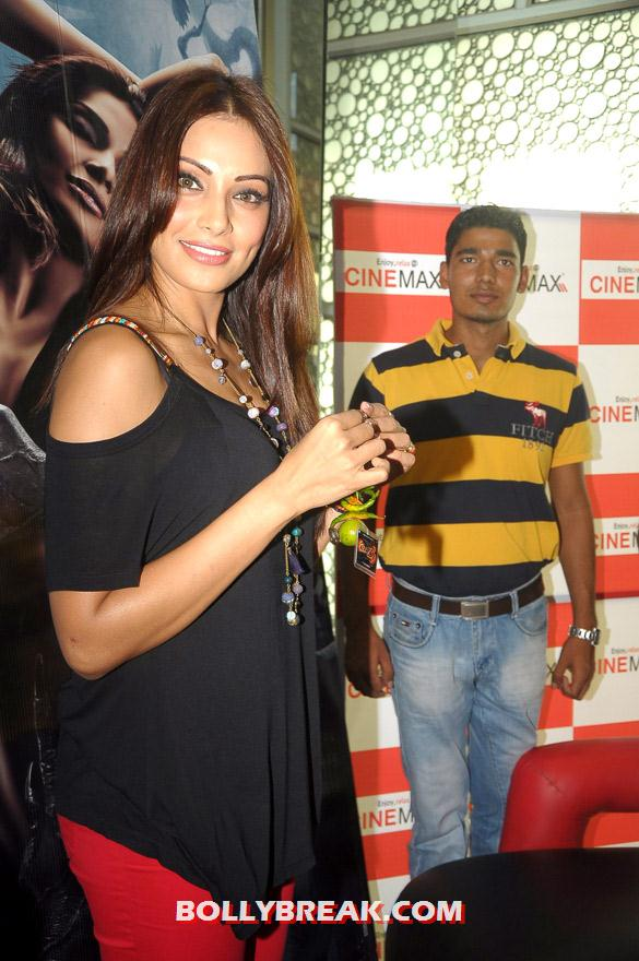 Bipasha Basu promoting raaz 3 with auto rickshaw drivers - (3) - Hot Bipasha Basu promotes 'Raaz 3' with Auto Rickshaw Drivers