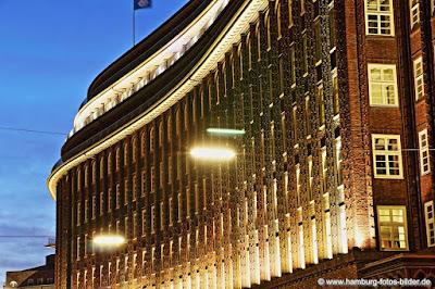 Beleuchtete Seite vom Chilhaus in Hamburg