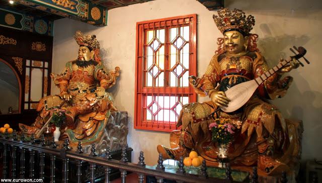 Guardianes en la entrada del templo budista Po Lin de Hong Kong