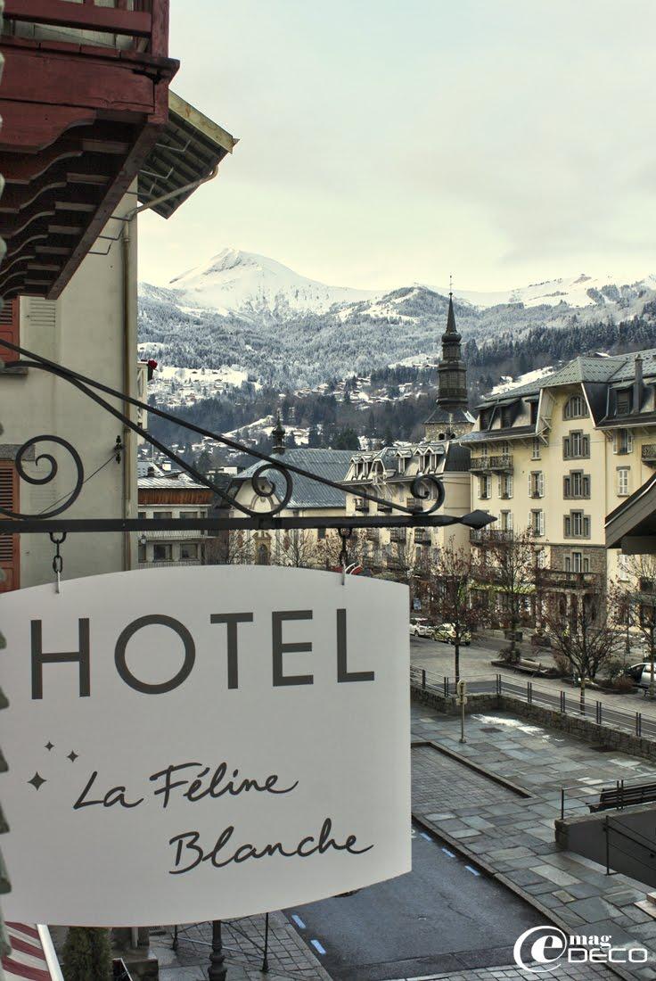 Le Massif du Mont-Blanc et le village de Saint-Gervais Mont-Blanc vus de l'hôtel La féline Blanche