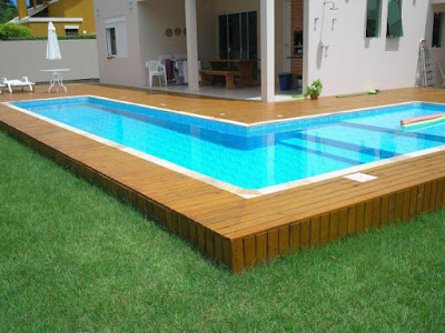Foto de piscina rustica com deck de madeira