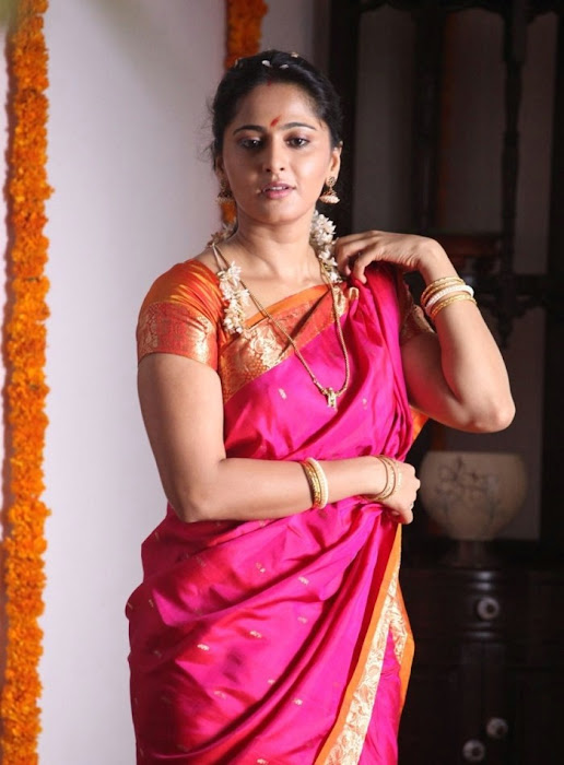anushka shetty in first night scene saree latest photos