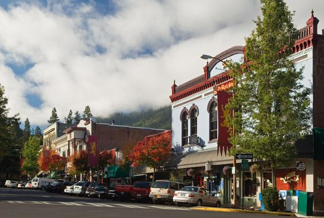 Come to the table smithsonian 39 s top 20 small towns for Best small towns to live in oregon