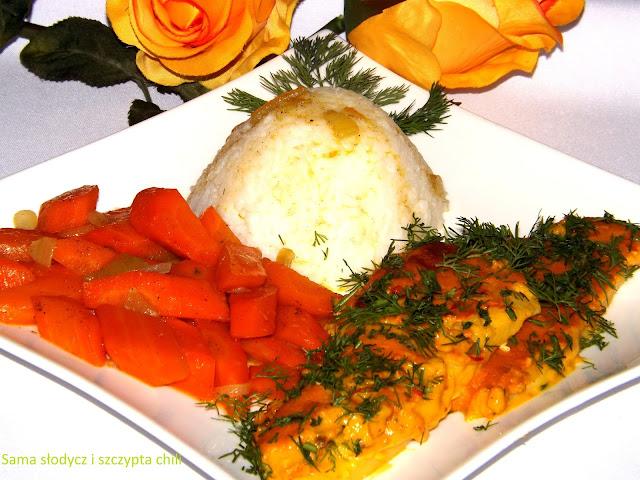 Sola w sosie curry z ryżem jaśminowym i karmelizowanymi marchewkami .