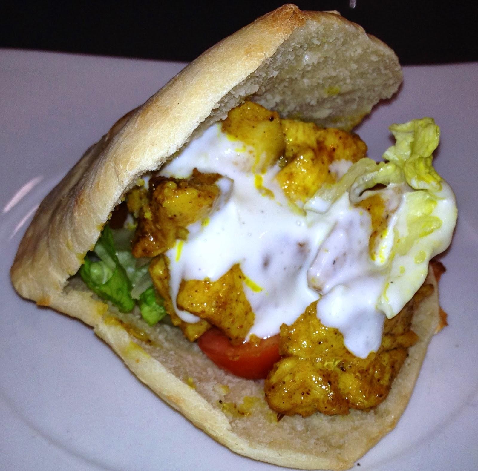 Kebab de pollo con pan de pita
