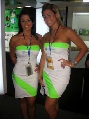 fotos de edecanes en evento de tuning en minifaldas