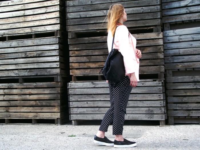 Kropeczkowe spodnie i pastelowa marynarka