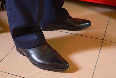 chaussures du marié avec des lacets rouges