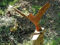 """Exemplar d'àliga reial reproduït en fusta en el Camí del Bosc Encantat. Autor: Francesc """"Caminaire"""""""