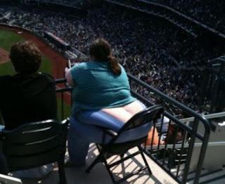 Smešni slike: Žena sa velikim dupetom sedi na stolici da gleda utakmicu