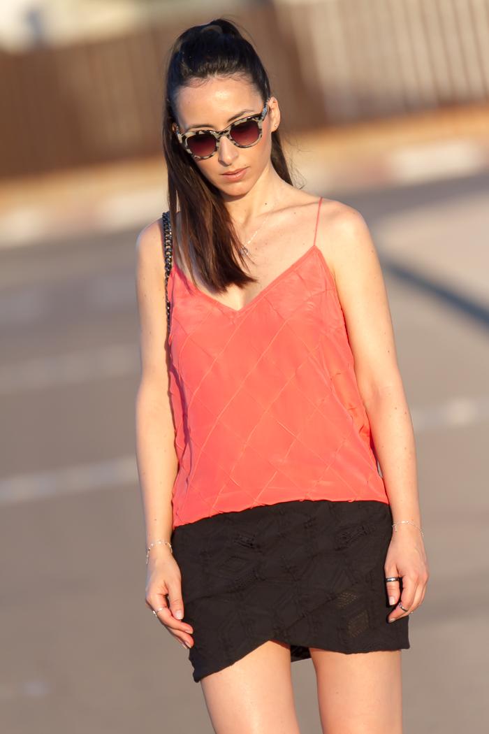 Tendencias moda verano blusa de tirantes y falda mini drapeada de encaje