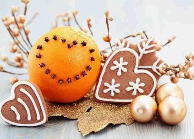 Dekoracyjna pomarańcza w świątecznym stroiku
