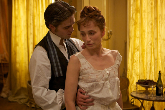 Bel ami, photo Robert Pattinson séducteur face à Kristin Scott-Thomas