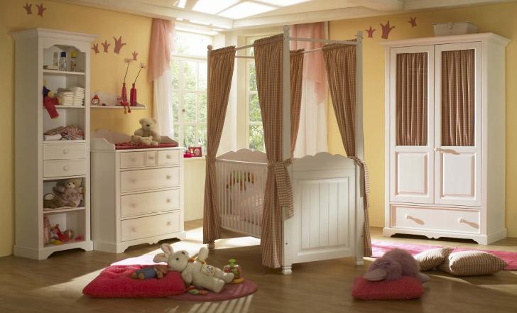 Dormitorio de bebé en el que el color crema llena de luz las paredes