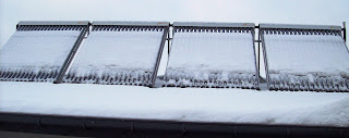 Kolektory słoneczne zasypane śniegiem też będą grzać wodę.