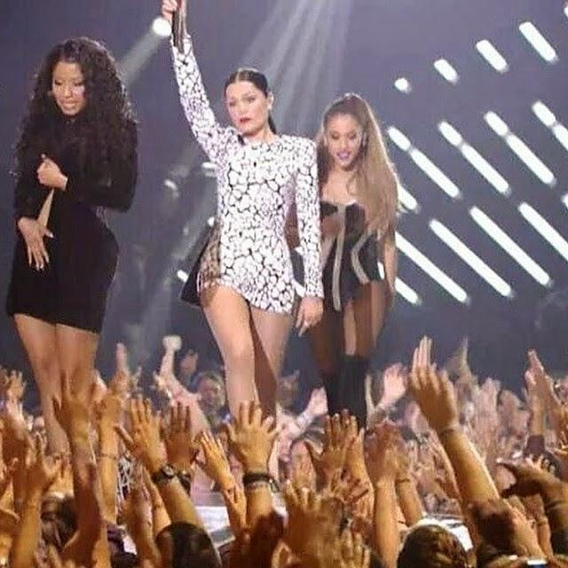 Nicki Minaj Suffered A TERRIBLE Wardrobe Malfunction At The MTV VMAs! It Was Really Terrible Than Even An Anaconda Bite!!
