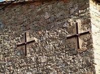 Detall dels reforços d'una paret del Mas de les Coves