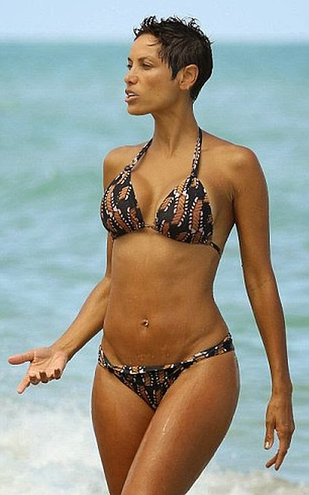 When it comes to the holiday, nautical inspired stripes are a must perfect for both; glow and showing it off. Take this little motif number as a prime example while Nicole Murphy proves herself to be a true professional to her craft at the beach in Miami, FL, USA.