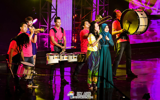 Najwa Latif and Froya collaborated and performed together at The Shout Awards 2013