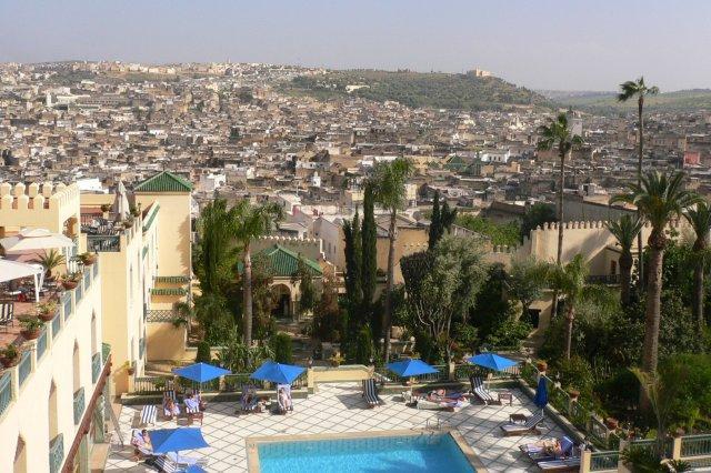 Vistas de la piscina del hotel y de la Medina de Fez desde un balcon del Hotel Sofitel Fes Palais Jamai, Marruecos